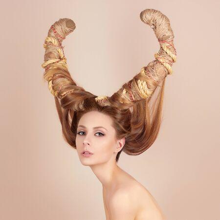 femme nue jeune: Mode Art portrait de sexy belle femme avec des cornes. Coiffure notion fille