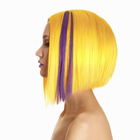 珍しい毛。黄色の紫色の髪。散髪。短い髪の美しい少女。髪型。ボブ。フリンジ。ファッション美容女性の横顔の肖像画