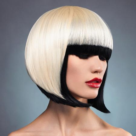 異常なボブの髪型と美しい女性。赤い唇モデル。ねえ、彼女