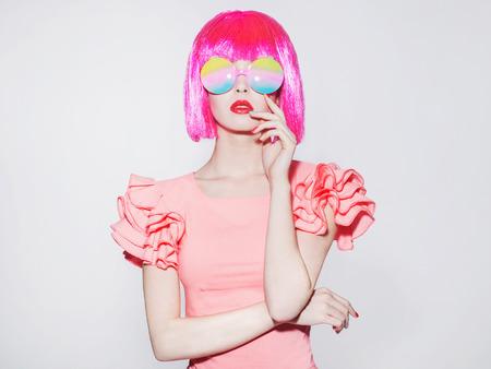 ファッション美ピンクのボブ髪型を持つ若い女性の肖像画。異常なサングラス。美しい girl.love パレード 写真素材
