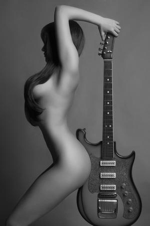 girl naked: joven y bella mujer sexy con chica guitar.musical Foto de archivo