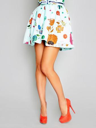 치마와 heels.Young 여자 아름 다운 여성의 다리는 하이 힐을 착용 한 다리에 서 서