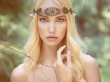 maquillaje de fantasia: hermosa chica elfo. fantas�a mujer joven en el bosque