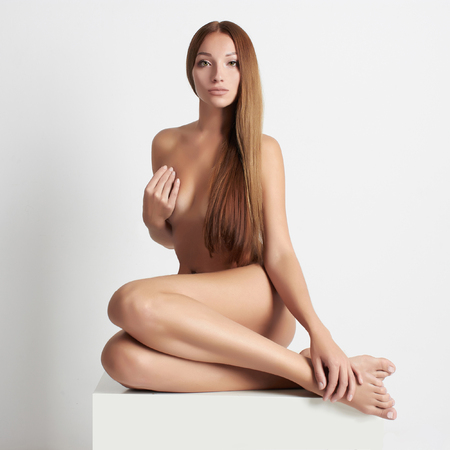 sexy nackte frau: nude sch�ne junge Frau. sexy M�dchen sitzt wie eine Meerjungfrau mit langen Haaren. Lizenzfreie Bilder