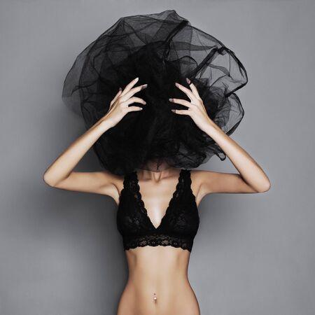 nude young: сексуальная женщина под черной veil.beauty сексуальная девушка