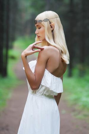 elf.beautiful 少女。ファンタジー森の中の若い女性