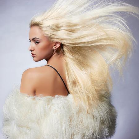 Fur.winter ファッションで美しい金髪の若い女性。美容健康な髪とセクシー モデルの女の子。高級毛皮のコートの女
