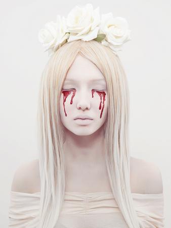 bruja sexy: hermosa mujer joven con sangre de su eyes.blond sexy Halloween girl.horror con flores