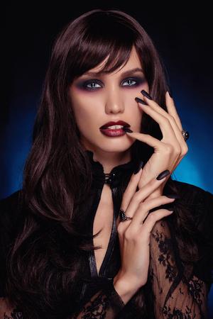 labios rojos: hermosa joven vampiro woman.black pelo sexy halloween girl
