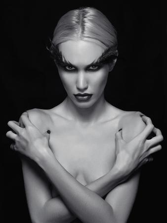 desnudo: hermosa joven woman.blond descubierto atractivo cuerpo perfecto mujer-p�jaro de halloween girl.nude