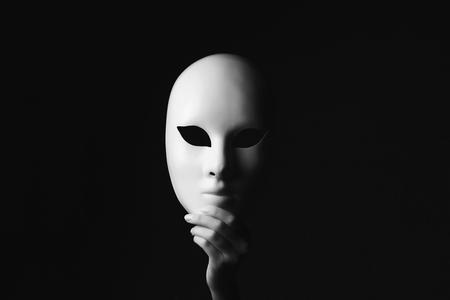masker in hand.halloween begrip Stockfoto