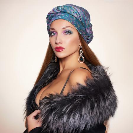 rijk Mooie vrouw in bont en Arabische turban.winter fashion.Beauty sexy model Meisje in luxebontjas, sieraden en ondergoed
