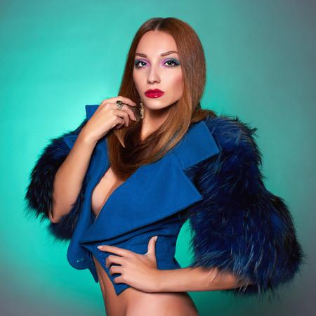 건강한 머리와 푸른 fur.winter fashion.Beauty 섹시 모델 소녀 아름 다운 젊은 여자. 럭셔리 모피 코트와 보석 여자 스톡 콘텐츠
