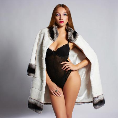 ropa de invierno: Mujer joven hermosa en fashion.Beauty fur.winter sexy Modelo Chica. Mujer en abrigo de pieles de lujo