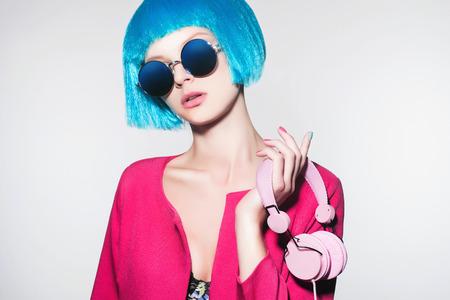 gafas de sol: Chica techno con hair.music azul en los auriculares. Moda retrato de la hermosa mujer joven con hair.dj.sunglasses bob