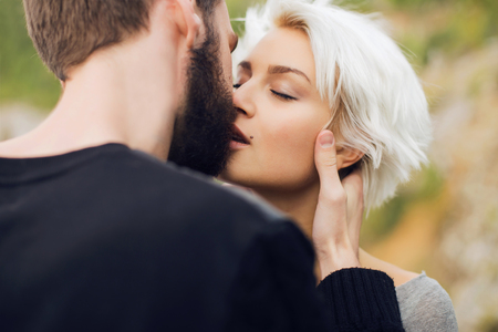 pareja enamorada: Couple.romantic besos hermosa mujer encantadora y chico man.bearded guapo y chica rubia al aire libre juntos