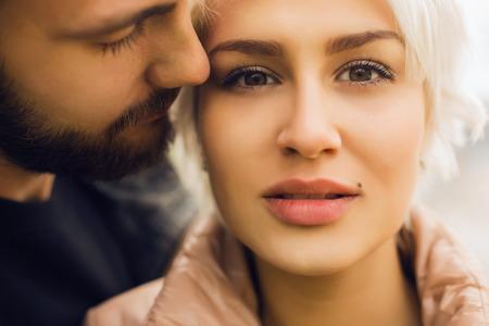 素敵な couple.romantic 美しい女性とハンサムな man.bearded 少年と金髪の少女屋外一緒に