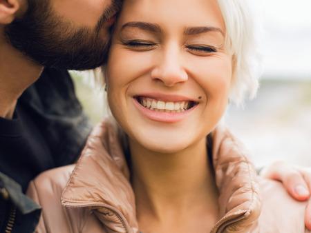 parejas caminando: Encantadora mujer hermosa feliz couple.romantic y chico man.bearded guapo y al aire libre chica rubia en conjunto