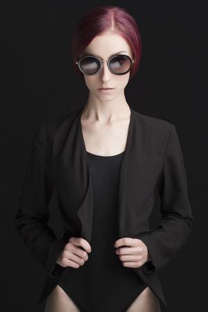 スタジオ サングラスで美しいスタイリッシュな女性のファッション写真。かなり若いモデルの女の子 写真素材