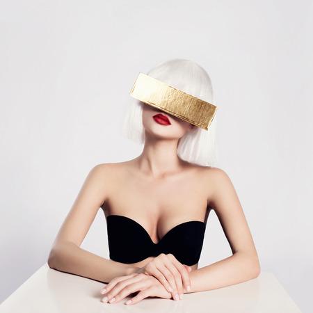 Toekomstige mooie blonde jonge vrouw. fantastische mode schoonheid meisje in goud glazen Stockfoto - 48202472