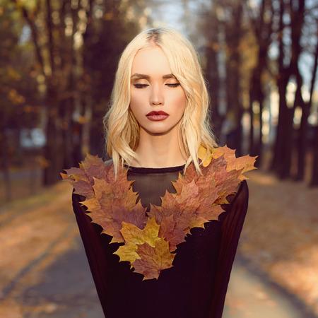 rubia: moda caminar otoño rubia hermosa Woman.Beauty Chica rubia en las hojas de arce Foto de archivo