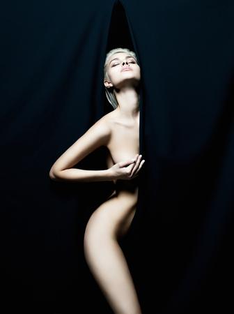 fille sexy nue: nue belle jeune femme. fille sexy derrière l'artiste scenes.erotic Banque d'images