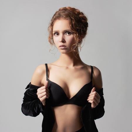 fille nue sexy: jeune belle jeune femme dans underwear.fashion 18 ans girl.trendy modèle sexy