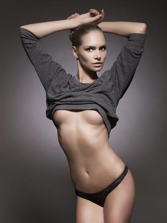 tetas: hermosa mujer sexy en ropa interior. chica de belleza en lingerie.fashion retrato