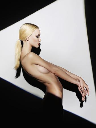 seins nus: nue belle blonde jeune woman.fashion portrait de fille sexy dans un triangle Banque d'images