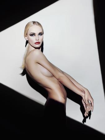 seins nus: nue belle blonde jeune woman.fashion portrait de jeune fille sexy dans un lèvres triangle.red