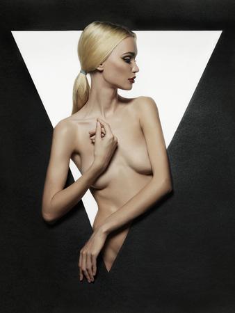 ragazza nuda: Nude bella bionda giovane ritratto woman.fashion della ragazza nuda sexy in un triangolo Archivio Fotografico
