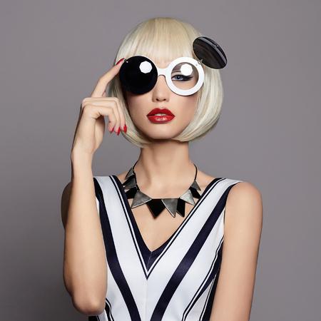 将来の美しい若い女性のメイクアップ。glasses.black と白の幻想的なファッションの美しさの少女