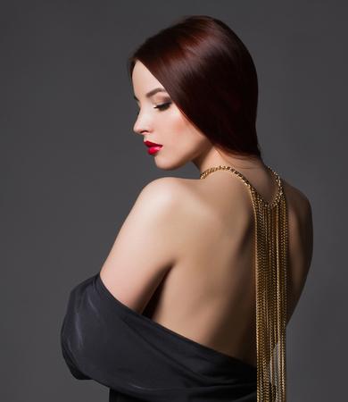 彼女の背中にネックレスと黒のセクシーな dress.beauty ブルネットの女の子の若い女性の美しい。エレガントなファッションの魅力写真