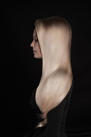 아름 다운 금발 훌륭한 hair.girl 다시 배경 위에 금발 머리와 함께 스톡 콘텐츠 - 63799230