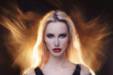 아름 다운 악마 girl.young 금발 여자 make-up.hair와 화재처럼 보인다.