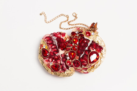 pietre preziose: bellezza ancora life.jewelry frutta. melograno pietre preziose rosse