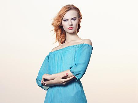 ファッショナブルなセクシーなブロンドの女の子。Beauitiful 青いドレスの若い女性