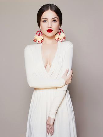 魅力のエレガントなファッション写真セクシーなドレスを着て赤い唇とアクセサリー studio,luxury.beauty ブルネットの少女でポーズ美しい若い女性