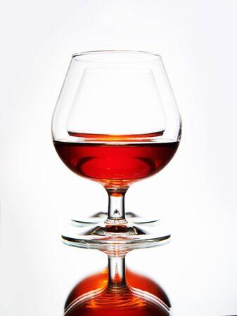 vaso de precipitado: pareja vasos con coñac. Aún vida con gafas con alcohol.art photo