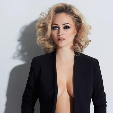 Elegantes Modefoto der schönen jungen Frau des Zaubers sexy Dame, die im Studio, Luxus aufwirft blondes Mädchen der Schönheit haben große Meisen Standard-Bild - 74286984