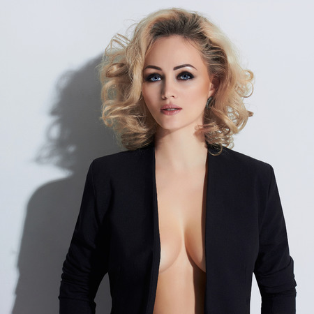 Photo de mode élégante de glamour belle jeune femme.sexy femme posant dans le studio, luxe.beauté fille blonde ont de gros seins Banque d'images - 74286984