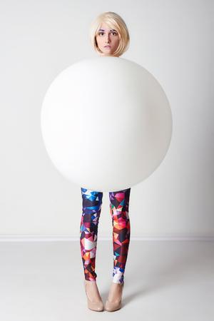 大きなバルーンで若い女性の ball.fashion アート写真で面白い女の子