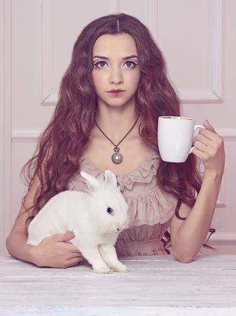 Alice im Wunderland Märchen. schöne Fee Mädchen mit rabbit.halloween machen Bild