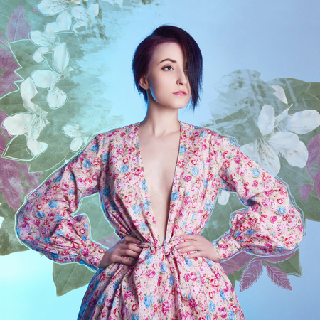 꽃 여름 드레스에서 아름 다운 소녀입니다. 일본식 젊은 여자 기모노 꽃 그림을 통해