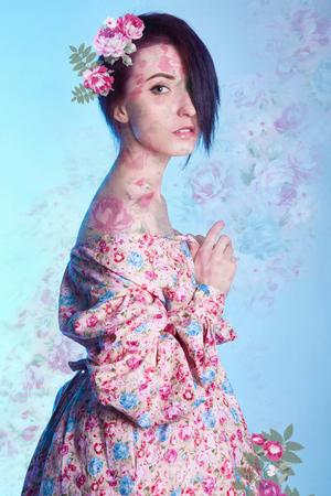 花夏ドレスの美しい女の子。和風花の図で着物姿の若い女性