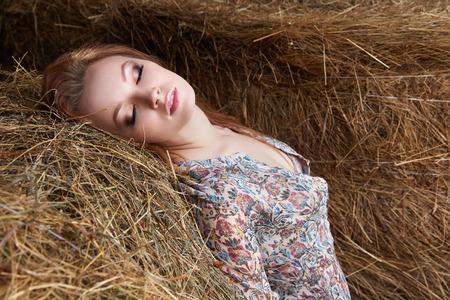 hayloft.Village 지방 여자의 아름다운 소녀 건초에서 스톡 콘텐츠