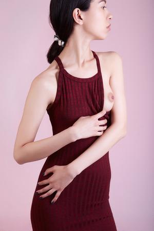 Een vrouw met een mooi naakt breast.sexy meisje in jurk met een open breast.be beauty naaktheid