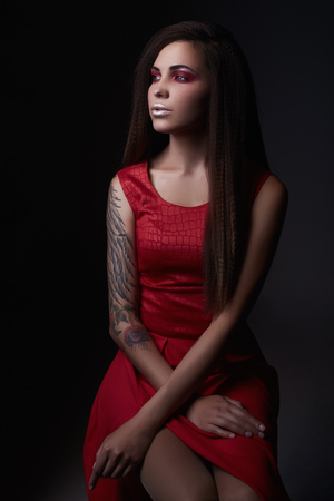 junge Frau mit Tätowierungs- und Silberlippenmake-up. modernes Mädchen