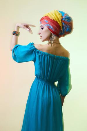Belle femme dansante en turban. Photo de mode. Fille de beauté en turban coloré et robe bleue Banque d'images - 90500427