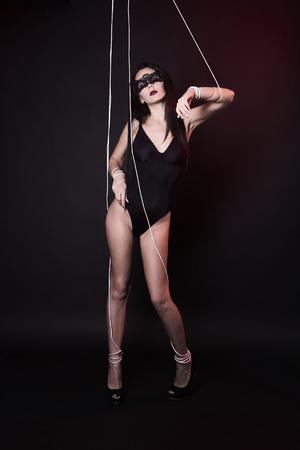 mooie body-poppenvrouw onder controle. sensuele pop meisje in sexy ondergoed Stockfoto